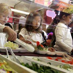 Școlile franceze trebuie să servească acum cel puțin o masă fără carne pe săptămână