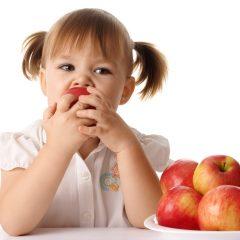 5 metode prin care să-ți convingi copilul să mănânce fructe